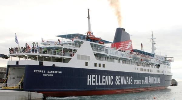 Santorini está parado no porto da Horta devido a avaria