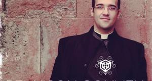 """Padre Jason Gouveia apresenta trabalho musical """"Cristo Reina"""" no DMJ em São Jorge (c/audio)"""