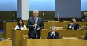 """CDS-PP acusa Secretário da Saúde de promover """"política de maldade pura"""""""