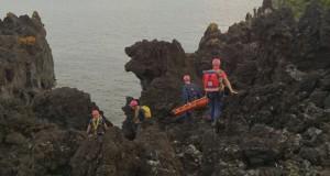 Equipa de Salvamento em Grande Ângulo dos BVV resgata corpo em arriba na Urzelina