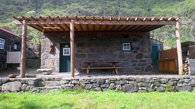 """Casa da Caldeira, """"um espaço para partilhar as ondas e a natureza"""" da Fajã de Santo Cristo"""