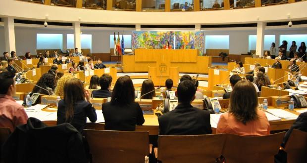 Setenta e nove participantes enchem a sala do Plenário no Parlamento dos Jovens