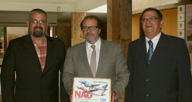 CDU entrega mais de 1500 postais assinados contra redução de voos para as ilhas do Faial e do Pico