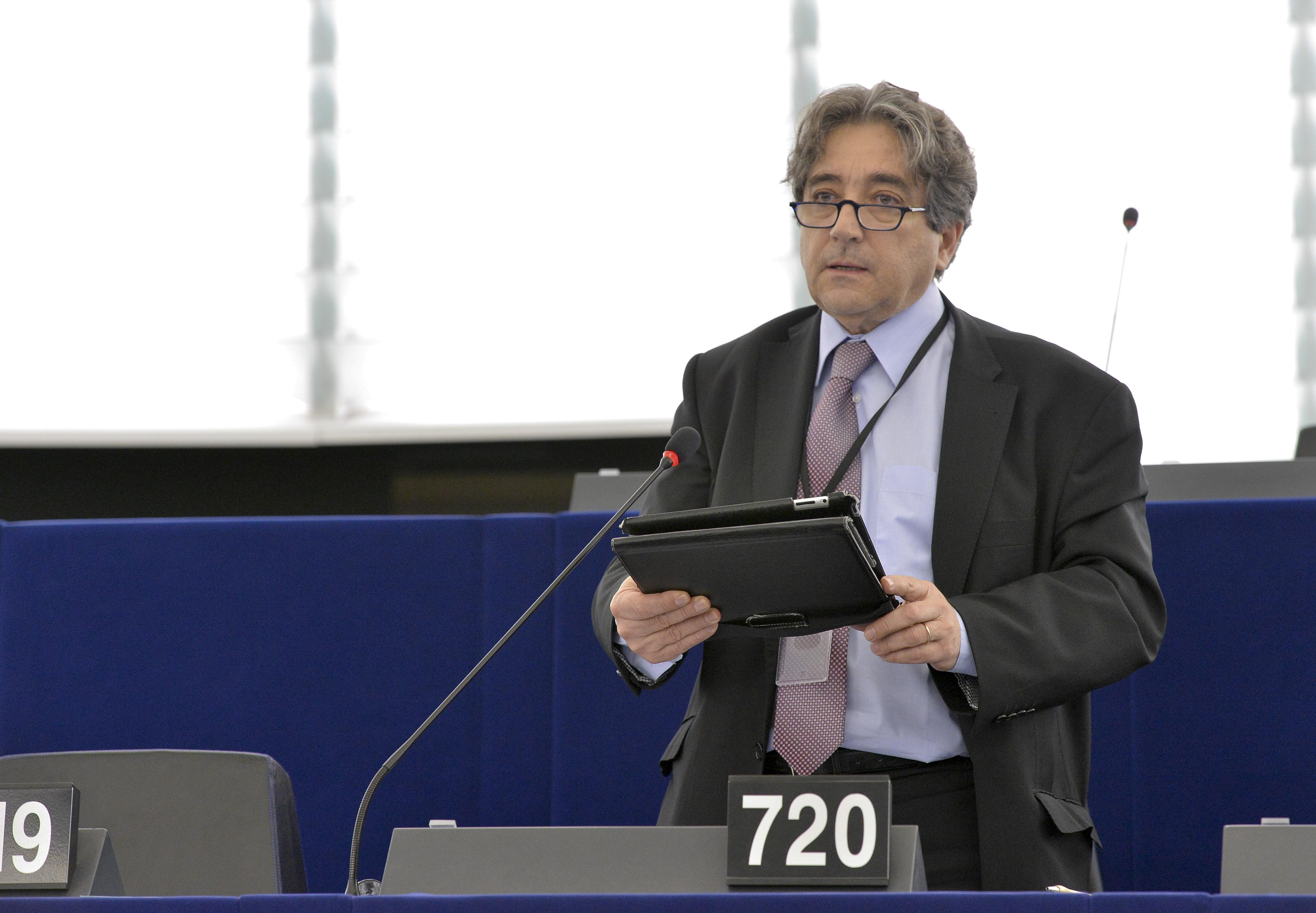 """PE defende reforço dos incentivos aos Açores no contexto do fim das quotas leiteiras: """"Cabe agora à ComissãoEuropeia intervir"""", afirmou Serrão Santos"""