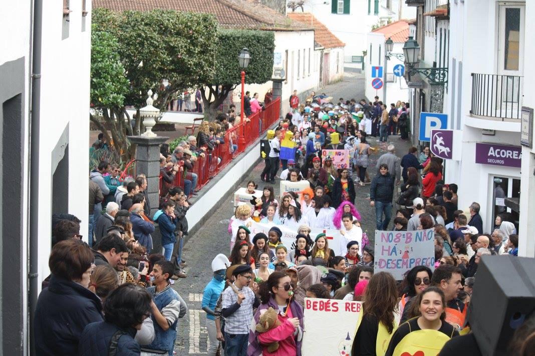 Mais um ano a tradição cumpriu-se – Desfile de Carnaval animou as ruas principais da Vila das Velas (c/áudio)