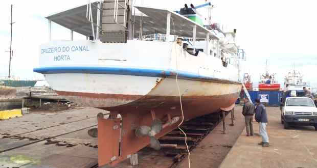 Cruzeiro do Canal em doca seca para manutenção