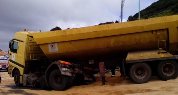 Camião parte chassi à entrada das Velas e condiciona trânsito (c/áudio)