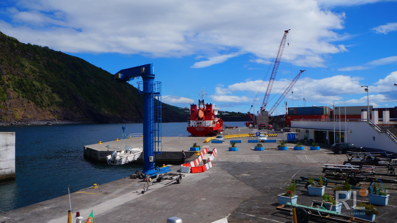 Navio de combustível atracou, esta quarta-feira, no Porto das Velas com a ajuda do rebocador da Marinha devido a avaria
