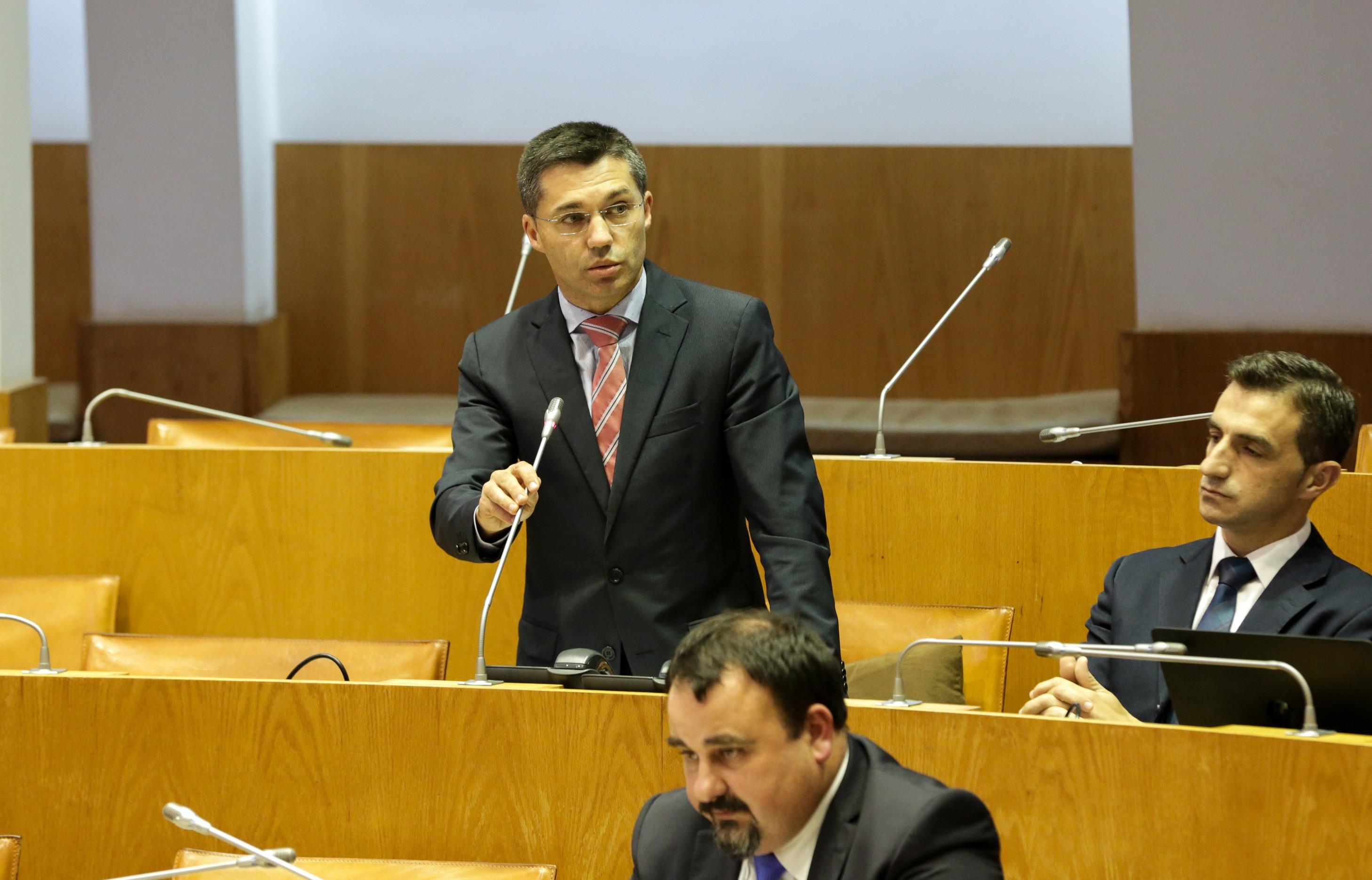 Luís Garcia exige que não sejam cometidos mais erros no porto da Horta