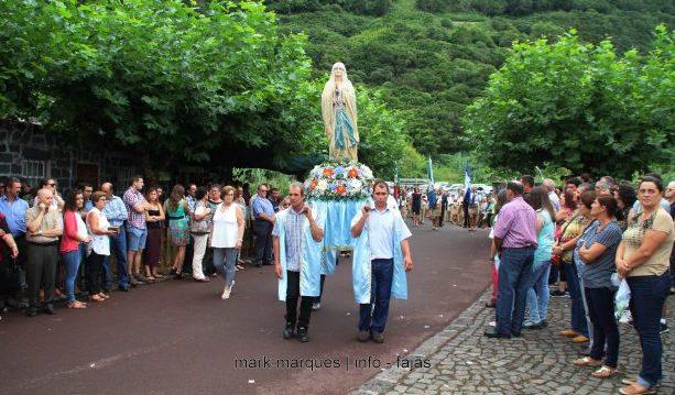 Este domingo foi de festa na Fajã dos Cubres com a celebração da padroeira Nossa Senhora de Lurdes e com a exposição do troféu das 7 Maravilhas de Portugal – Aldeias (c/áudio)
