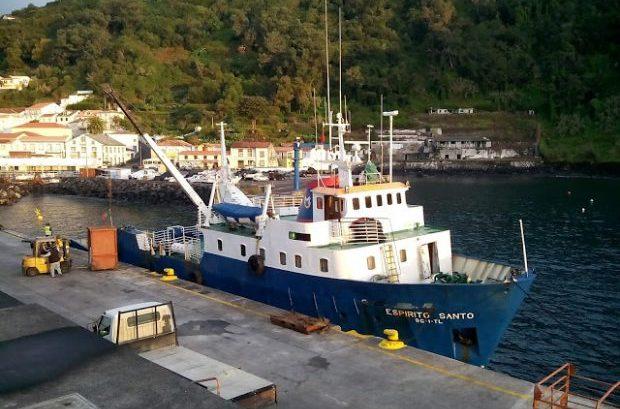 Comerciantes de S.Jorge há mais de duas semanas sem receber mercadorias por avaria de navio dos TMG – António Pedroso questiona Governo (c/áudio)