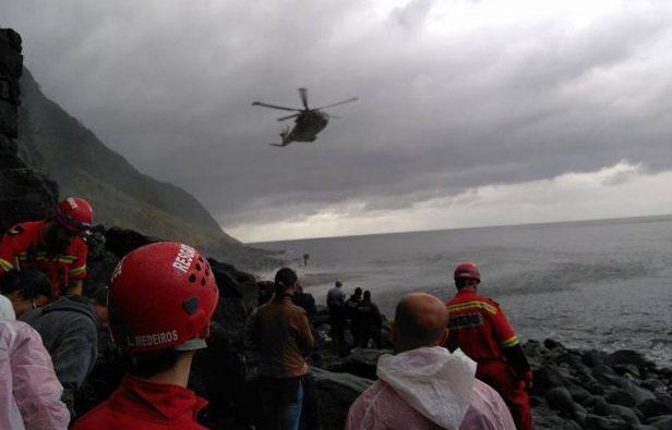 Helicóptero da Força Aérea faz resgate de vítima da Fajã do Ouvidor