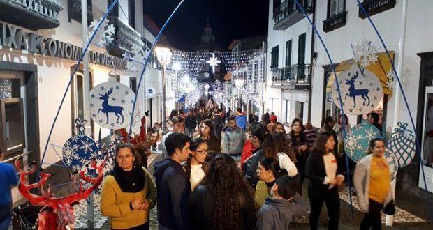 População aderiu em massa ao Dia das Montras na Vila das Velas – já é, oficialmente, Natal na sede do concelho (c/áudio)