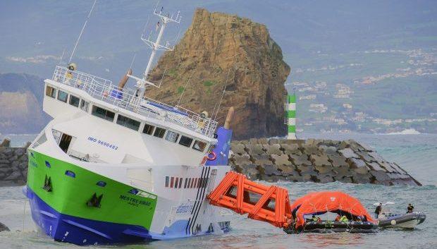"""Navio """"Mestre Simão"""" encalha junto ao Porto da Madalena"""