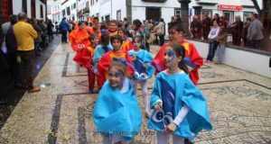 Tradição mantém-se: cerca de 500 alunos percorreram ruas principais da Vila das Velas no Desfile de Carnaval
