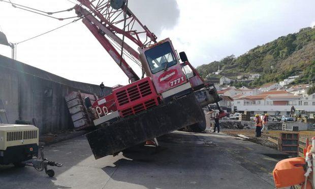Incidente com Grua da Empreitada do Porto da Calheta, em São Jorge, causa constrangimentos