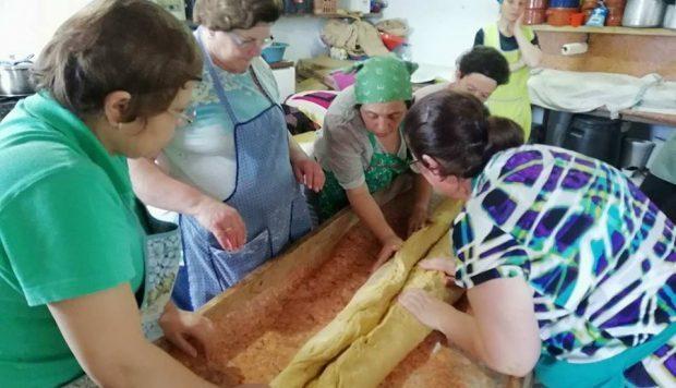 Semana que antecede o Domingo de Espírito Santo envolve muito trabalho – na Beira ainda se cozem as obras e o pão para as sopas no lume de lenha