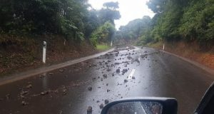 Chuva forte provocou derrocada na estrada de acesso ao Topo, em São Jorge