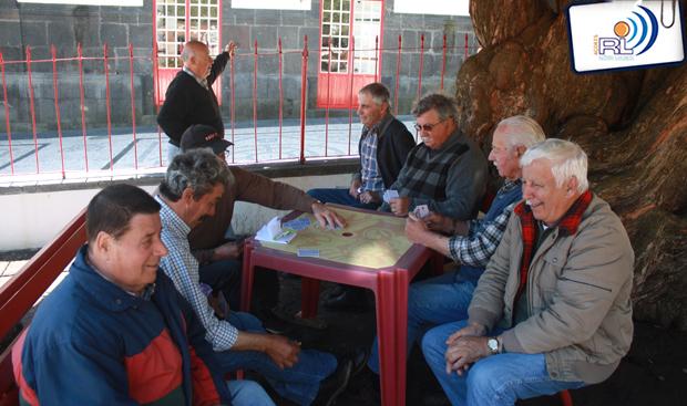 Idosos jogam às cartas no Jardim ao invés de pagarem para fazê-lo no novo Centro de Dia das Velas