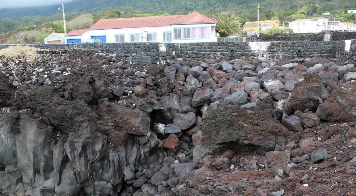 PCP questiona obra costeira na Urzelina e contesta destruição de formação geológica singular