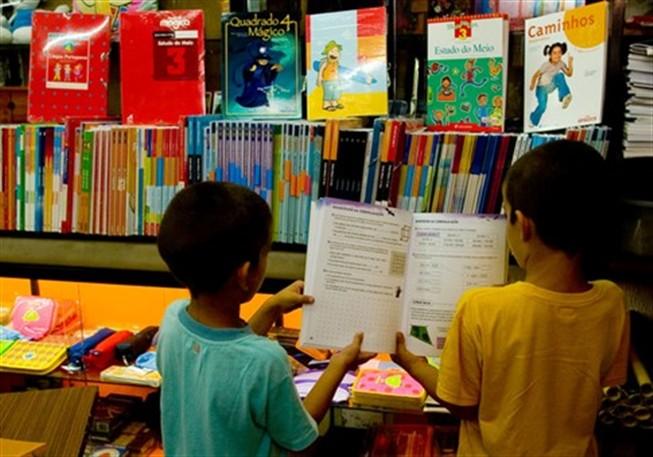 PCP Açores quer que manuais escolares gratuitos sejam alargados aos Açores