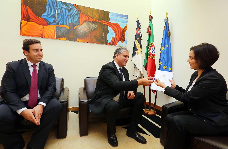 Vasco Cordeiro entrega proposta de Programa de Governo à Presidente da Assembleia Legislativa