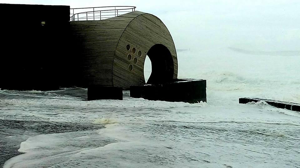 Ondulação forte provoca danos avultados e obriga ao encerramento do Porto na Madalena