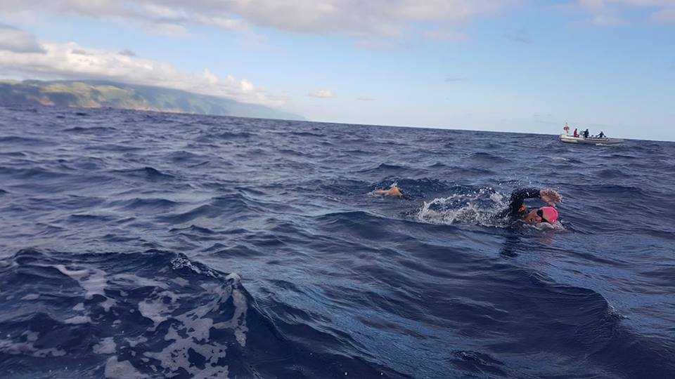 Três nadadores estão neste preciso momento a realizar a travessia São Jorge – Terceira por uma causa solidária