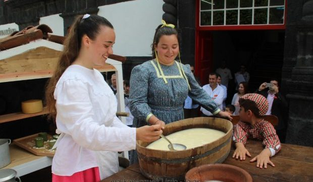 Festas de São Jorge terminam envoltas em recordações com Desfile de Carros Alegóricos a lembrar como se fazia o queijo antigamente nas freguesias do concelho (c/áudio)
