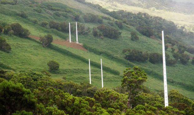 """Colocação de postes de eletricidade na encosta sul de S.Jorge, entre a Urzelina e a Ribeira Seca, é """"atentado paisagístico"""", condena a CDU S.Jorge (c/áudio)"""