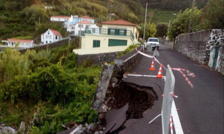 Troço de Estrada Regional em São Jorge, na zona de acesso à Fajã do Ouvidor, condicionado ao trânsito