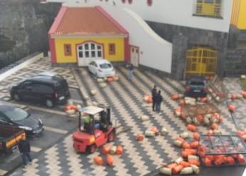 Botijas de gás tombam de camião de transporte em plena Vila das Velas