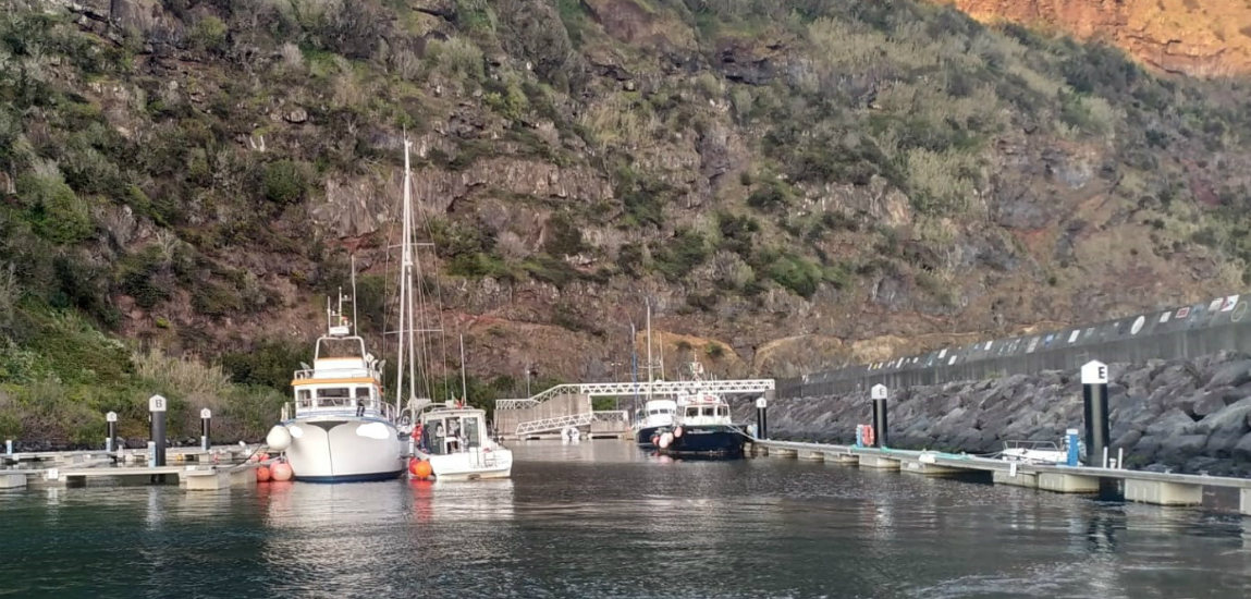 Autoridade Marítima Nacional auxilia embarcação de recreio à deriva na Ponta dos Rosais, na Ilha de São Jorge